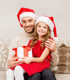 Χαμογελώντας κιβώτιο δώρων εκμετάλλευσης πατέρων και κορών στοκ φωτογραφίες