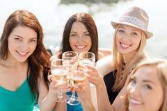 Χαμογελώντας κορίτσια με τα γυαλιά σαμπάνιας Στοκ εικόνα με δικαίωμα ελεύθερης χρήσης