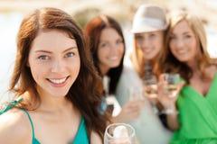Χαμογελώντας κορίτσια με τα γυαλιά σαμπάνιας Στοκ Εικόνες