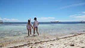 Χαμογελώντας κορίτσια που περπατούν στη θάλασσα απόθεμα βίντεο