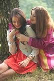 2 χαμογελώντας κορίτσια στοκ φωτογραφίες με δικαίωμα ελεύθερης χρήσης
