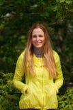 Χαμογελώντας κορίτσι ενάντια στο πράσινο πάρκο στοκ φωτογραφίες με δικαίωμα ελεύθερης χρήσης