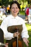 Χαμογελώντας κορίτσι με ένα βιολί στα χέρια Στοκ Φωτογραφία