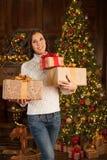 Χαμογελώντας κορίτσι με πολλά δώρα Χριστουγέννων Στοκ Εικόνες