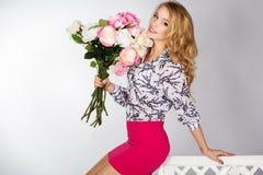 Χαμογελώντας κορίτσι με την ανθοδέσμη των τριαντάφυλλων Στοκ εικόνες με δικαίωμα ελεύθερης χρήσης