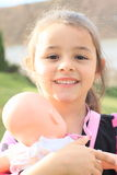 Χαμογελώντας κορίτσι με την κούκλα Στοκ φωτογραφία με δικαίωμα ελεύθερης χρήσης