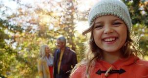 Χαμογελώντας κορίτσι με τους ευτυχείς γονείς στα υπόβαθρα απόθεμα βίντεο