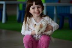 Χαμογελώντας κορίτσι με το άσπρο τσιντσιλά Στοκ Φωτογραφία