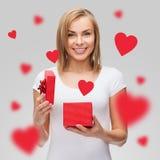 Χαμογελώντας κορίτσι με το κιβώτιο δώρων Στοκ Εικόνες