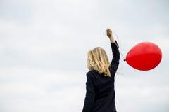 Χαμογελώντας κορίτσι με το κόκκινο μπαλόνι Στοκ Εικόνα