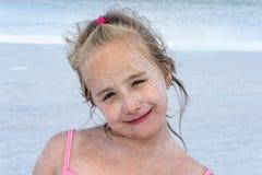 Χαμογελώντας κορίτσι με το ξηρό άλας στο πρόσωπό σας Στοκ Εικόνες