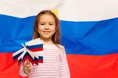Χαμογελώντας κορίτσι με το σύνολο σημαιών στα όπλα της Στοκ φωτογραφία με δικαίωμα ελεύθερης χρήσης