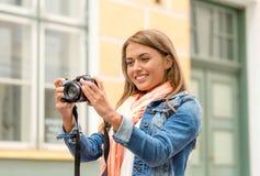 Χαμογελώντας κορίτσι με το digiral photocamera στην πόλη Στοκ εικόνα με δικαίωμα ελεύθερης χρήσης