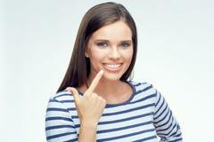 Χαμογελώντας κορίτσι που δείχνει το δάχτυλο στα οδοντικά στηρίγματα Στοκ Φωτογραφίες