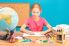 Χαμογελώντας κορίτσι που κάνει την εργασία της Στοκ εικόνα με δικαίωμα ελεύθερης χρήσης