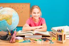 Χαμογελώντας κορίτσι που κάνει την εργασία της Στοκ Φωτογραφία