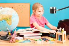 Χαμογελώντας κορίτσι που κάνει την εργασία της Στοκ φωτογραφία με δικαίωμα ελεύθερης χρήσης
