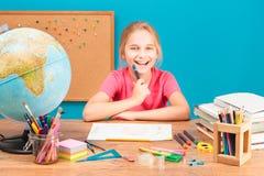 Χαμογελώντας κορίτσι που κάνει την εργασία της Στοκ Εικόνες