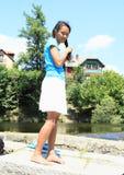 Χαμογελώντας κορίτσι που κάνει την κοτσίδα στοκ φωτογραφίες με δικαίωμα ελεύθερης χρήσης