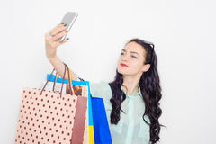 Χαμογελώντας κορίτσι που κάνει selfie ψωνίζοντας Στοκ φωτογραφία με δικαίωμα ελεύθερης χρήσης