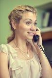 Χαμογελώντας κορίτσι που μιλά στο τηλέφωνο καλωδίων Στοκ Εικόνα