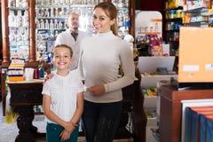 Χαμογελώντας κορίτσι σε ένα φαρμακείο Στοκ Φωτογραφίες