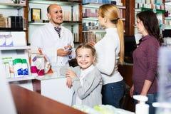 Χαμογελώντας κορίτσι σε ένα φαρμακείο Στοκ Εικόνες