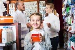 Χαμογελώντας κορίτσι σε ένα φαρμακείο Στοκ φωτογραφία με δικαίωμα ελεύθερης χρήσης