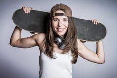 Χαμογελώντας κορίτσι σκέιτερ Στοκ Φωτογραφίες