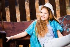 Χαμογελώντας κορίτσι στην ταλάντευση κήπων Στοκ φωτογραφία με δικαίωμα ελεύθερης χρήσης