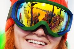 Χαμογελώντας κορίτσι στη μάσκα σκι με την αντανάκλαση Στοκ Φωτογραφία