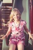 Χαμογελώντας κορίτσι στη φωτογραφική διαφάνεια Στοκ φωτογραφία με δικαίωμα ελεύθερης χρήσης