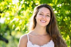 Χαμογελώντας κορίτσι στο θερινό πάρκο Στοκ Φωτογραφίες