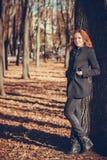 Χαμογελώντας κορίτσι στο πάρκο Στοκ Φωτογραφίες