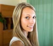 Χαμογελώντας κορίτσι στο σπίτι Στοκ φωτογραφία με δικαίωμα ελεύθερης χρήσης
