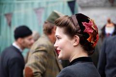 Χαμογελώντας κορίτσι στο σχεδιάγραμμα που φορά τα ντεμοντέ ενδύματα τουίντ Στοκ φωτογραφία με δικαίωμα ελεύθερης χρήσης