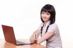 Χαμογελώντας κορίτσι - υπάλληλος τηλεφωνικών κέντρων στο γραφείο Στοκ Φωτογραφία