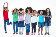 Χαμογελώντας κορίτσι όλη η στάση σε μια σειρά Στοκ φωτογραφία με δικαίωμα ελεύθερης χρήσης