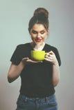 Χαμογελώντας κούπα εκμετάλλευσης γυναικών Στοκ φωτογραφία με δικαίωμα ελεύθερης χρήσης