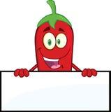 Χαμογελώντας κόκκινος χαρακτήρας κινουμένων σχεδίων πιπεριών τσίλι πέρα από το κενό σημάδι Στοκ Φωτογραφία