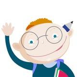 Χαμογελώντας κόκκινο σχολικό αγόρι τρίχας με το χέρι επάνω από το χαιρετισμό Κενό διάστημα για τη συγκεκριμένη σημείωση Στοκ Φωτογραφίες