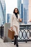 Χαμογελώντας μέσης ηλικίας γυναίκα σε ένα φωτεινό παλτό στοκ εικόνες με δικαίωμα ελεύθερης χρήσης