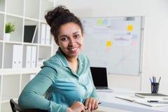 Χαμογελώντας μαύρη γυναίκα στην αρχή Στοκ Εικόνες