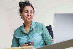 Χαμογελώντας μαύρο κορίτσι με τον καφέ Στοκ φωτογραφίες με δικαίωμα ελεύθερης χρήσης