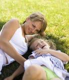 Χαμογελώντας μητέρα και λίγη κόρη στη φύση. Ευτυχείς άνθρωποι υπαίθρια στοκ φωτογραφία με δικαίωμα ελεύθερης χρήσης