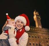 Χαμογελώντας μητέρα και παιδί στα καπέλα Χριστουγέννων στο αγκάλιασμα της Φλωρεντίας Στοκ φωτογραφία με δικαίωμα ελεύθερης χρήσης