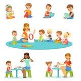 Χαμογελώντας μικρά παιδιά και κορίτσια που κάθονται στο πάτωμα και τη μελέτη του αλφάβητου με το σύνολο δασκάλων τους Δραστηριότη διανυσματική απεικόνιση