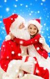 Χαμογελώντας μικρό κορίτσι με Άγιο Βασίλη Στοκ εικόνα με δικαίωμα ελεύθερης χρήσης