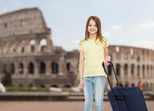 Χαμογελώντας μικρό κορίτσι με τη βαλίτσα Στοκ εικόνες με δικαίωμα ελεύθερης χρήσης