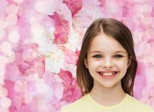 Χαμογελώντας μικρό κορίτσι πέρα από το άσπρο υπόβαθρο Στοκ Εικόνα